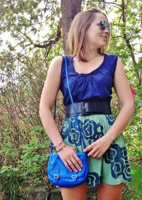 blue cross body bag, silver jewelry (2)