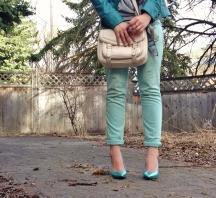 cuffed mint skinny jeans, teal heels, nude cross body bag
