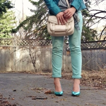 cuffed mint skinny jeans, teal heels, nude cross body bag