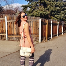 summer style - printed leggings, peach blouse, nude cross body bag